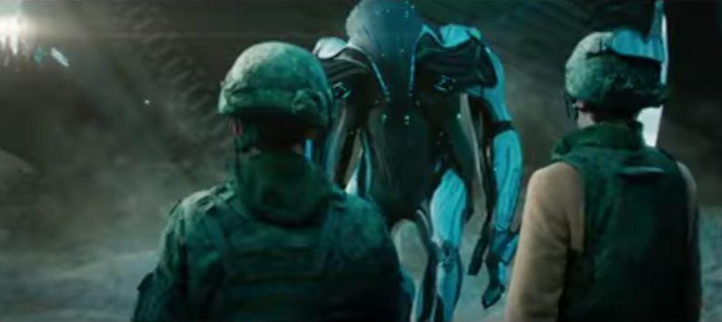 """Кадр из фильма """"Притяжение"""". Первый контакт с пришельцем."""