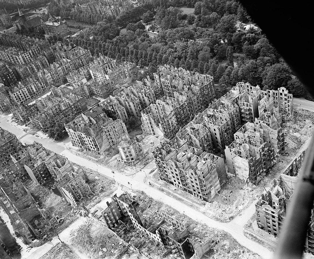 Гамбург после огненного шторма 27-28 июля 1943.Фото.
