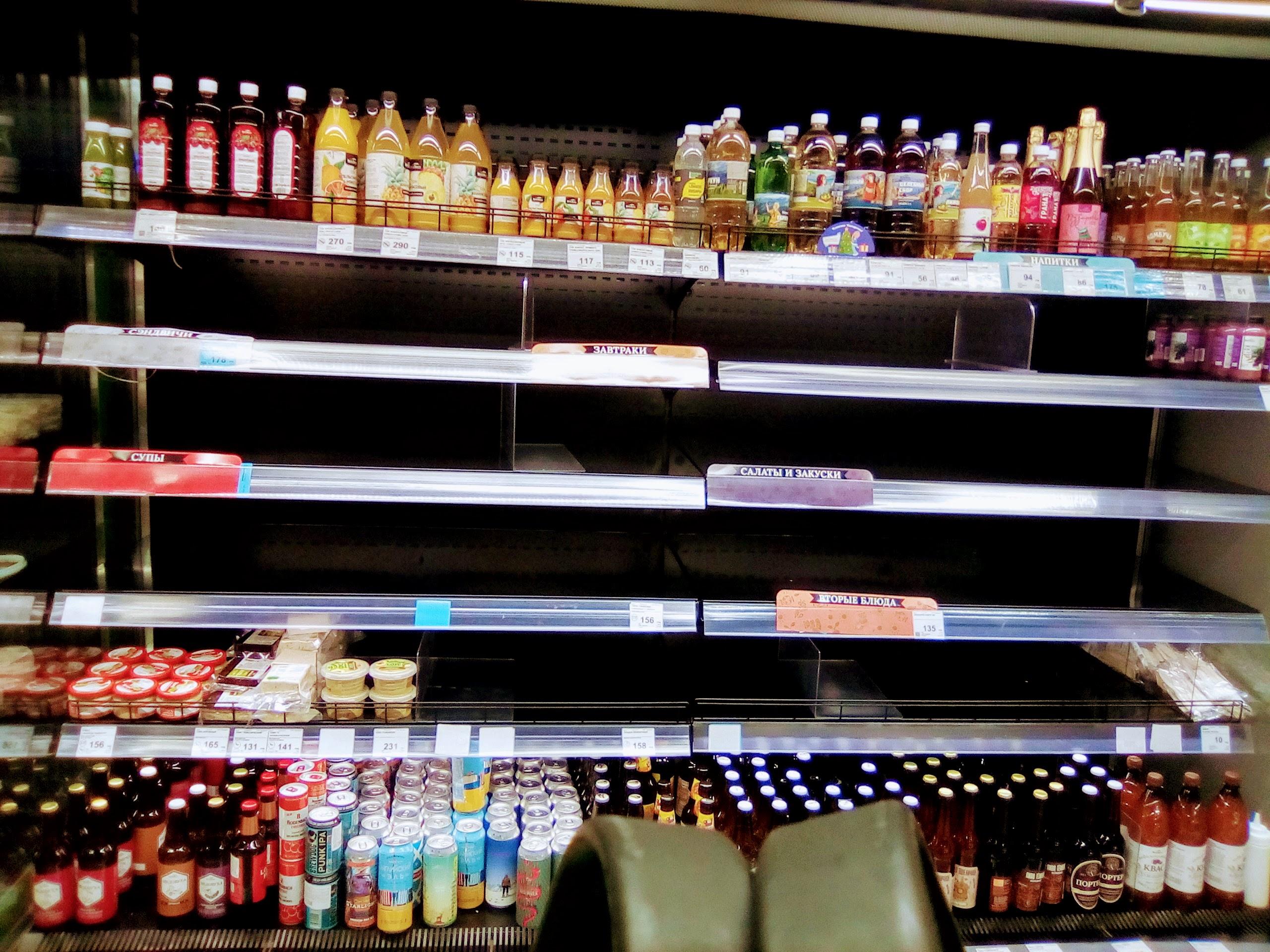 Фотография пустых полок для готовой еды в магазине Вкусвилл 1 января