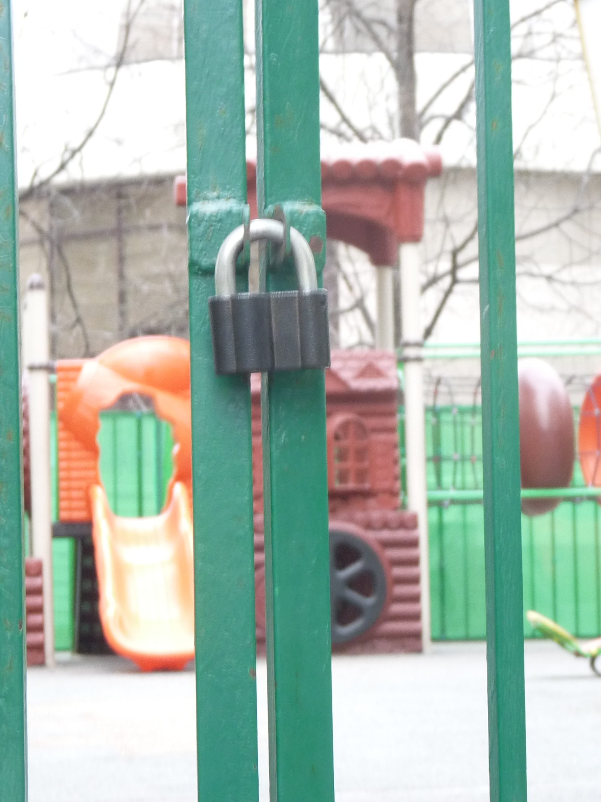 Фотография закрытого замка, далее на заднем фоне видна детская площадка